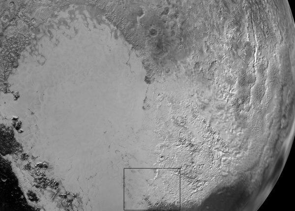"""Rovinatá oblast Sputnik Planum je veřejnosti známá jakožto """"srdce"""" na povrchu Pluta. Tento snímek nám ale slouží hlavně k tomu, abychom se na dalších fotkách dokázali lépe zorientovat. Následující snímky totiž pochází z vyznačené oblasti."""