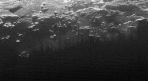 Snímek zachycuje oblast širokou 185 kilometrů poblíž terminátoru - rozhraní světla a stínu. Na fotce vidíme mlhavý opar, který se vznáší nad terénem.