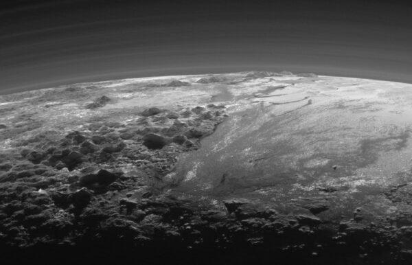 Výřez z celkového pohledu na Pluto. Snímek vznikl ve vzdálenosti 18 000 km a pokrývá oblast širokou 380 km.
