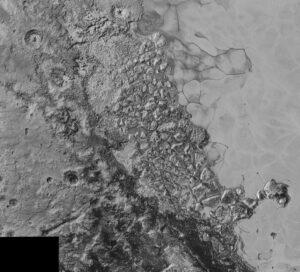 Uprostřed snímku, který pokrývá oblast o šířce 470 km, vidíme zvláštní rozlámaný terén, který leží na severozápadním cípu pláně Sputnik (napravo). Rozlišení snímku je 800 metrů a vznikl ve vzdálenosti 80 000 km.