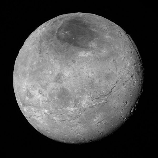Snímek měsíce Charon pořízený zhruba 10 hodin před nejbližším průletem.kolem Pluta (vzdálenost 470 000 km). Jde o nekomprimovanou verzi snímku představeného jen pár hodin po průletu. Vidíme zde tektonické zlomy, relativně rovné pláně i krátery v pravé dolní části. Nejmenší útvar má velikost 4,7 km.