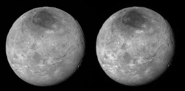 Porovnání komprimovaného snímku Charonu (vpravo), který jsme spatřili 15. července a nekomprimovaného (vlevo), který dorazil před pár hodinami. Rozdíl v ostrosti a detailech je vidět na první pohled.