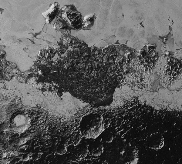 Pohled na oblast širokou zhruba 350 kilometrů ukazuje neuvěřitelnou rozdílnost a pestrost geologických forem terénu. Vidíme zde tmavou, krátery posetou oblast a vedle ní světlý, rovinatý terén Rozlišení snímku je 800 metrů a vznikl ve vzdálenosti 80 000 km.