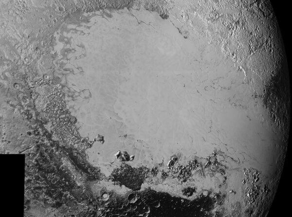 Mozaika vytvořená ze snímků s vysokým rozlišením. Fotky dorazily na zemi mezi 5. a 7. zářím. Snímku dominuje ledová pláň neoficiálně nazvaná Sputnik Planum, ale vidíme tu i široké spektrum terénů, které tuto pláň obklopují. Nejmenší viditelné objekty mají velikost zhruba 800 metrů, přičemž mozaika pokrývá oblast širokou zhruba 1600 km. Snímky pořídila sonda New Horizons ze vzdálenosti 80 000 kilometrů.