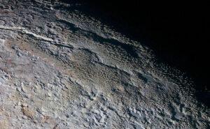 Kamera MVIC zachytila lokalitu zvanou Tartarus Dorsa s rozlišením 0,34 km/pixel.