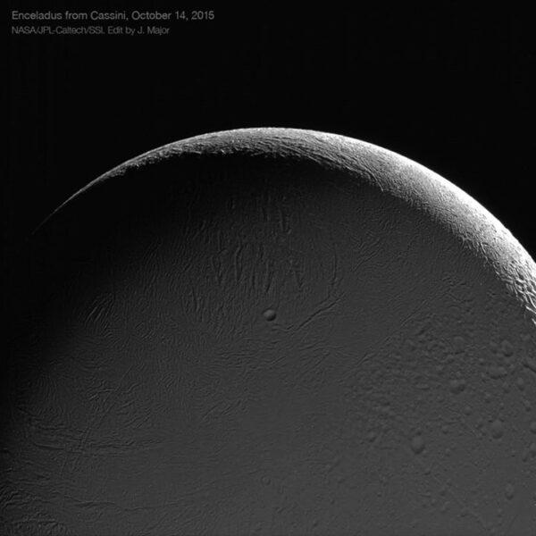 Měsíc Enceladus - snímek pořídila sonda Cassini během průletu 14. října 2015