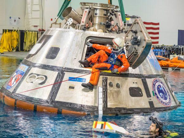 Testy výstupu posádky z lodi Orion