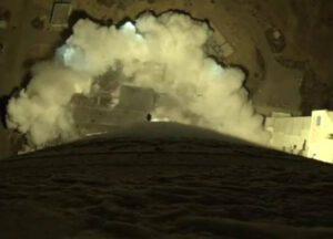 Nezvyklý pohled na startující raketu Atlas V z kamery na prvním stupni