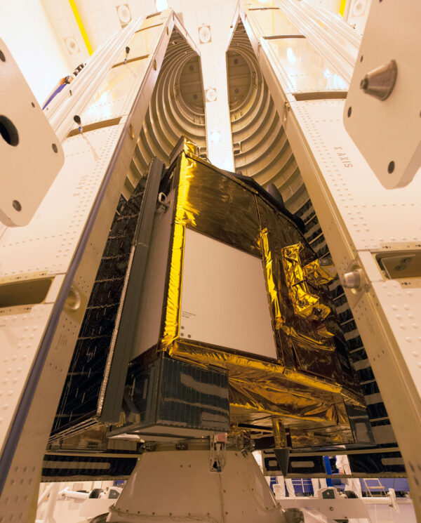 Navigační družice GPS 2F-11 před uzavřením aerodynamického krytu.