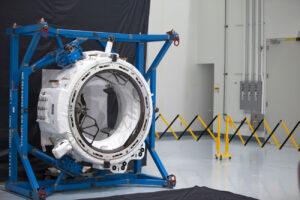 Adaptér IDA-2 během zkoušek v Space Station Processing Facility na Kennedyho středisku.