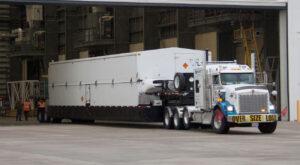 Tahač dovezl kontejner s horním stupněm Centaur, který poletí s lodí Cygnus na raketě Atlas V.