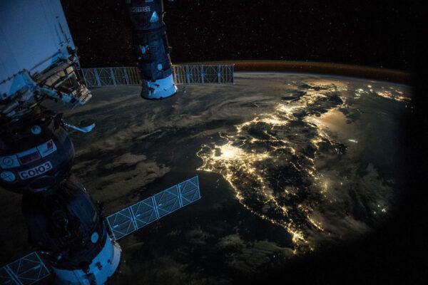 Noční Japonsko v zátiší s loděmi Sojuz a Progress.