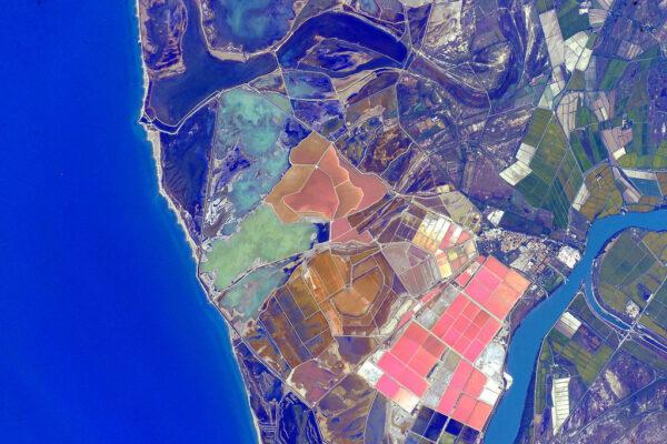 Pobřeží Španělska má téměř psychedelické barvy.