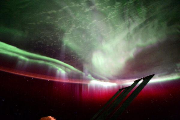 Polární záře krátce před orbitálním úsvitem.