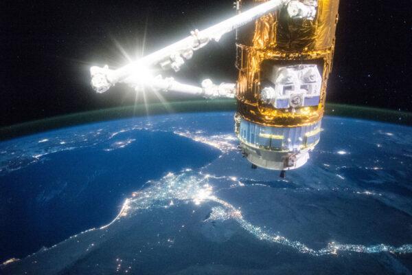 Japonská zásobovací loď Kounotori v popředí a osvětlená řeka Nil v pozadí.