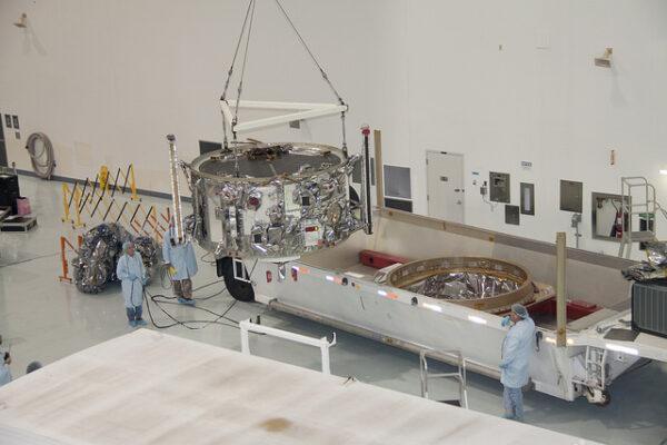 15. října - Servisní modul po vyjmutí z přepravního kontejneru