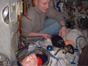 """Nedostatek prostoru v kabině je významným limitujícím faktorem. Proto, v případě nouze, může být kabina Sojuzu TM modifikována pro dva kosmonauty, tedy """"záchranář"""" a """"pacient""""."""