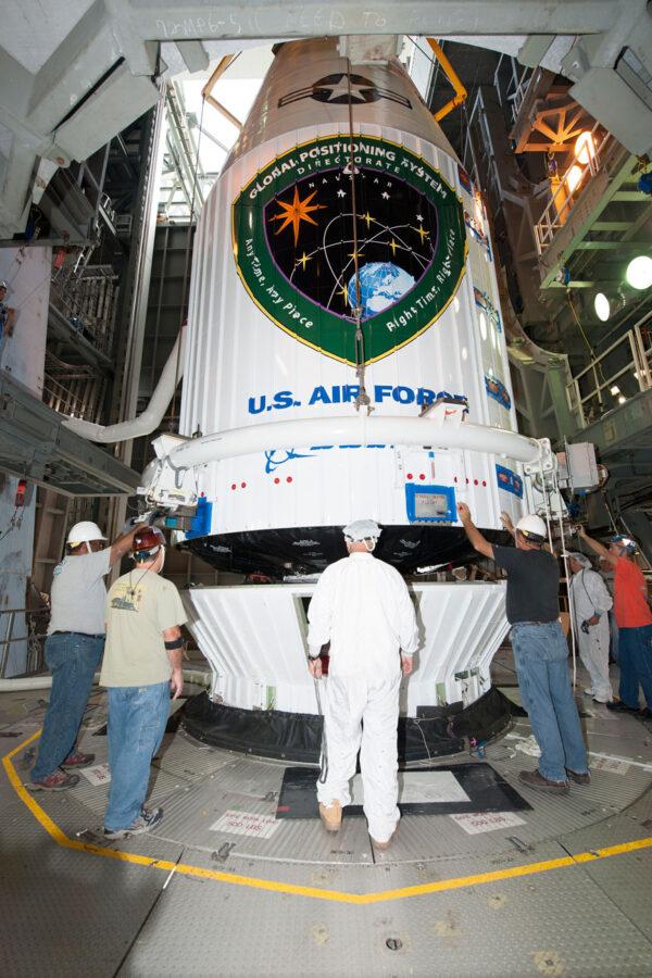 Do spojení aerodynamického krytu s horní částí rakety už zbývá jen pár desítek centimetrů.