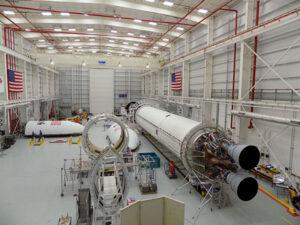 Raketa Antares v montážní hale