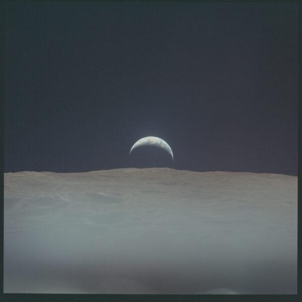 Apollo 12 východ Země nad Měsícem neupravený sken. NASA/JSC