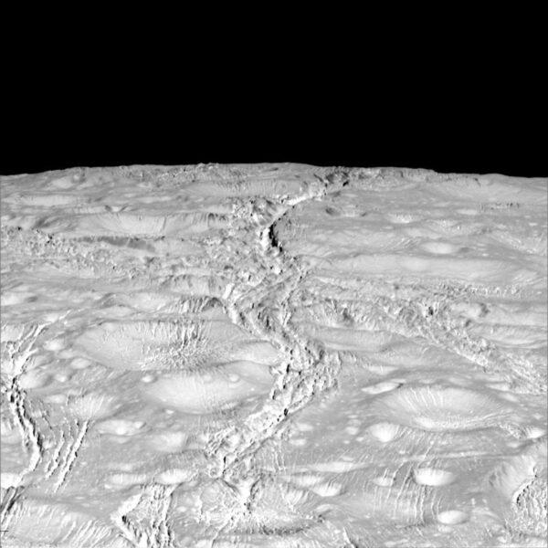 Cassini během průletu 14. října 2015