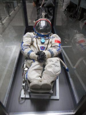 Skafandr Sokol po usazení do křesal z lodi Sojuz