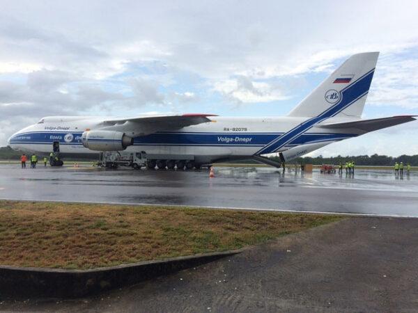 Antonov An-124 se sondou LISA Pathfinder na letišti v Cayenne