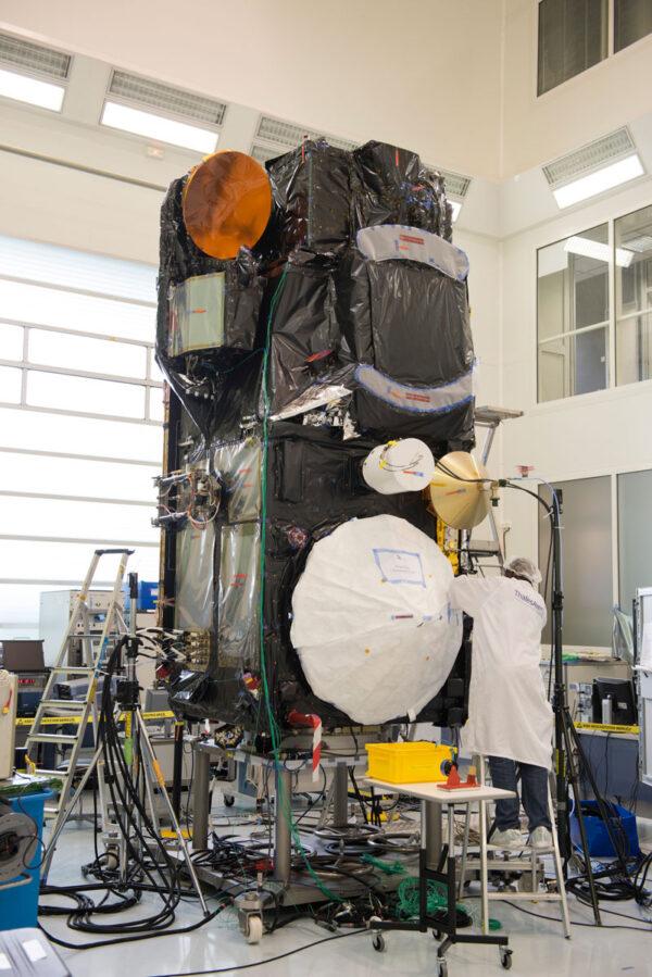 Poslední pohled na Sentinel 3A před zabalením a odesláním na kosmodrom Pleseck