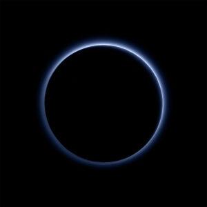 První barevný snímek atmosféry, která obklopuje Pluto