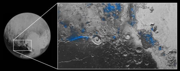 Modře vyznačené oblasti Pluta, kde se podle přístroje Ralph na sondě New Horizons nachází led.