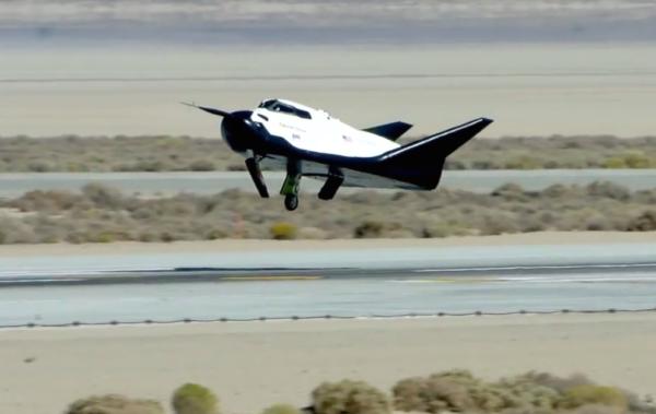 Říjen 2013, Dream Chaser přistává bez vysunutého podvozku
