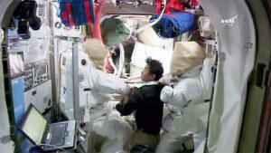 Kimija Jui během kontroly skafandrů v modulu Quest