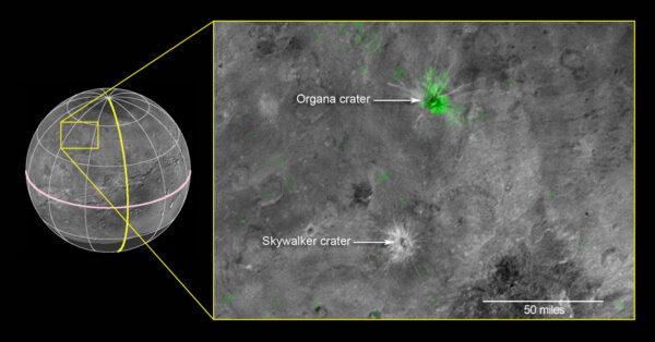 Složený snímek založený na datech z přístroje Ralph/LEISA pořízený na vzdálensot 81 000 kilometrů od Charonu. Data dorazila na Zemi mezi 1. a 4. říjnem a následně byla data ze spektrometru zkombinována se snímky kamery LORRI. Oblasti ukazující na přítomnost čpavku jsou vyznačeny zeleně. Žlutý obdélník pokrývá oblast o šířce 280 kilometrů.
