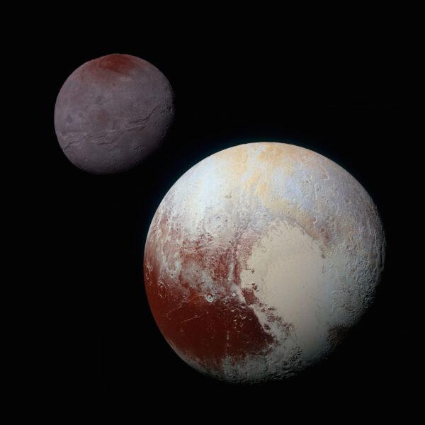 Tato fotka vznikla pochopitelně až v pozemských počítačích. Jde o složený snímek, který porovnává velikost a barvu (nikoliv však vzájemnou vzdálenost) Pluta a Charonu. U obou těles byly barvy zvýrazněné stejně. Ačkoliv je vidět, že se Pluto a Charon v barevnosti liší, můžeme zde najít zajímavé souvislosti. Polární oblast na Charonu má velmi podobný červený nádech, jakým se vyznačují rovníkové oblasti Pluta. Snímek vznikl kombinací fotek pořízených kamerou MVIC přes modrý, červený a infračervený filtr.