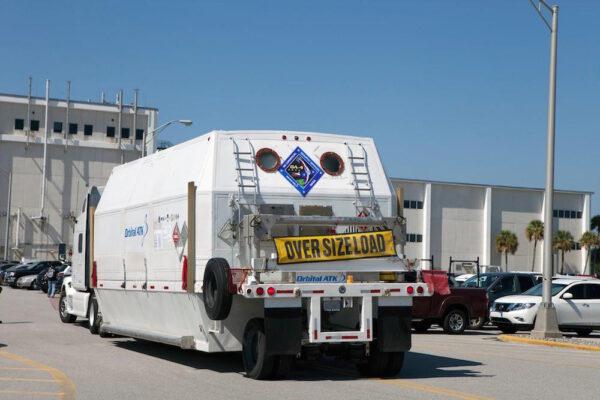 Servisní modul pro čtvrtou loď Cygnus dorazil na Kennedyho středisko.