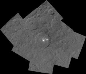 Mozaika kráteru Occator a jeho okolí složená z fotek ze sondy Dawn z výšky 1470 kilometrů. Kráter Occator má průměr 90 kilometrů a je 4 kilometry hluboký. Bílé skvrny se na většině fotek zdají přeexponované, ale zde se jedná o složeninu dvou typů snímků. Jeden používá krátkou expozici pro zachycení detailů skvrn, druhý má normální expozici pro snímání okolního terénu.