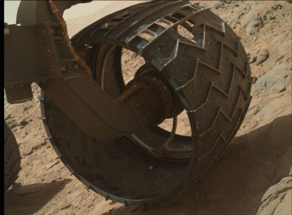 Sol 490 - Kamera MAHLI provedla inspekci kola, která ukázala na výraznou perforaci pláště