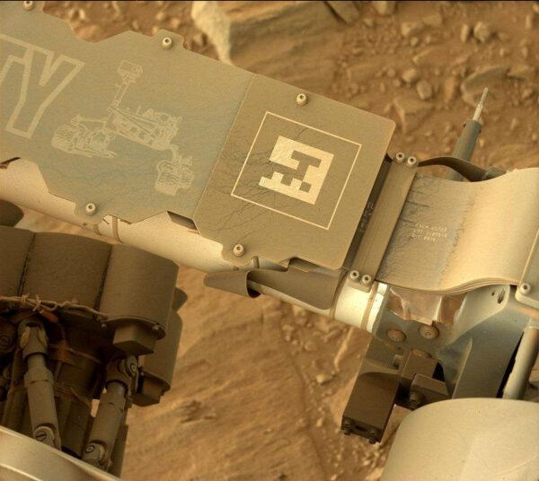 Sol 493 - Kamera MastCam vyfotila, jak se rover postupně pokrývá vrstvičkou velejemného prachu