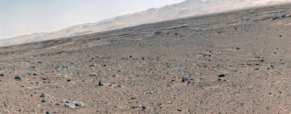 Sol 494 - Kamera MastCam pohlédla na vzdálené okraje kráteru