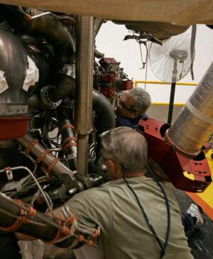 Technici firmy Aerojet Rocketdyne kontrolují motor RS-25