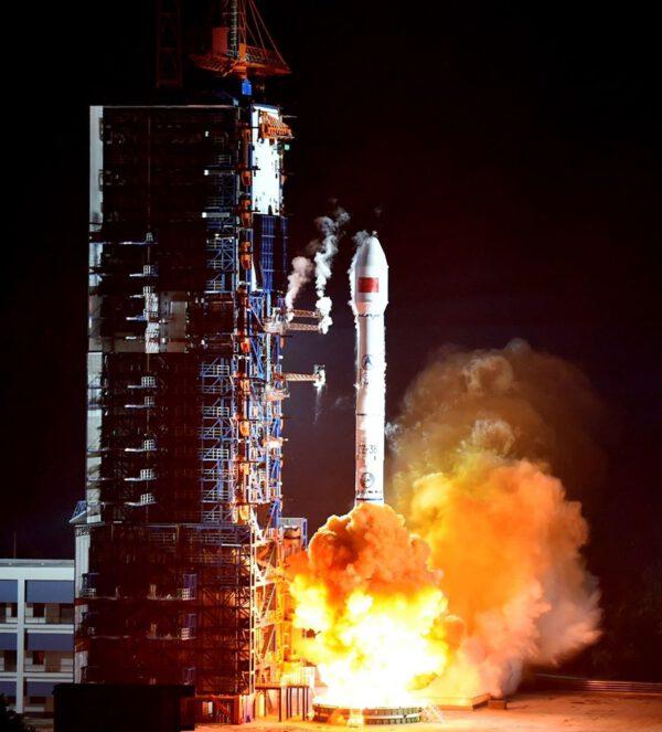 Start rakety CZ-3B se satelitem Laosat-1
