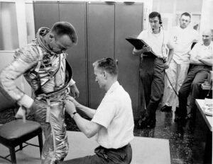 Al Shepard se obléká na svou historickou misi.