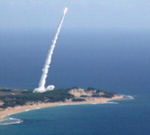 Kouřová stopa za startující raketou SuperStrypi