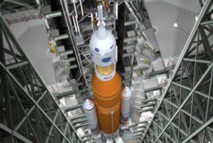 Vizualizace připojování lodi Orion k raketě SLS