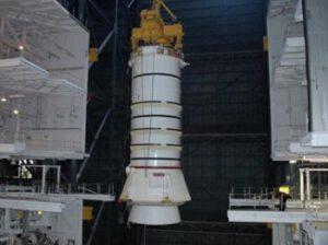 Manipulace se spodní částí motoru SRB - fotka vznikla za éry raketoplánů.