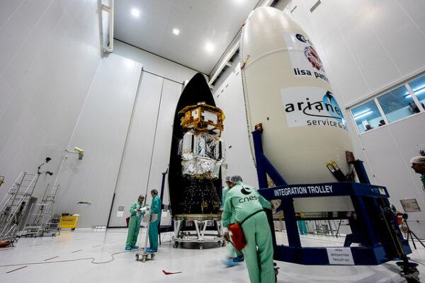 Zavírání sondy LISA Pathfinder do aerodynamického krytu