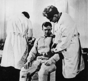 Gagarin se obléká do skafandru v den svého letu. Právě si navlékl izolační oblek, založený na obleku V-3.
