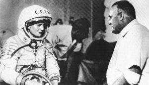 Těreškova ve skafandru SK-2. Ještě nemá navlečen oranžový overal a proto jsou dobře patrné detaily samotného skafandru.