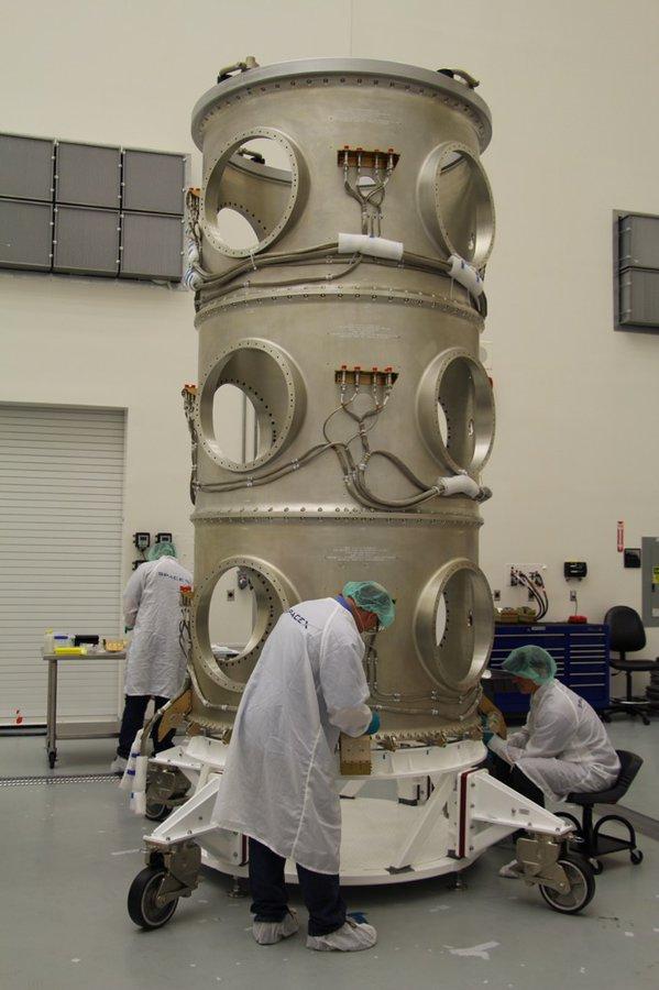 Nosník, na kterém budou zavěšeny satelity ORBCOMM na špici rakety Falcon 9