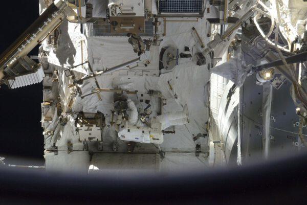 Astronauti při práci na příhradové konstrukci stanice